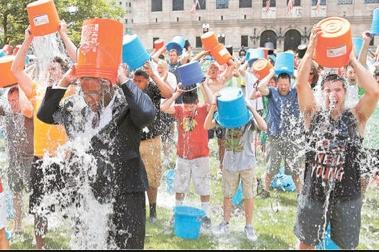 """El reto del """"Ice Bucket Challenge"""" acto de solidaridad  o una forma fácil de tener fama."""